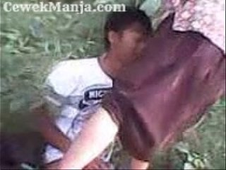 Bokepio.com - Bokep ABG Indo SMA Pakek Batik Ngentot Dihutan