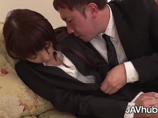 Geile Japanerin auf der Sofa gefickt